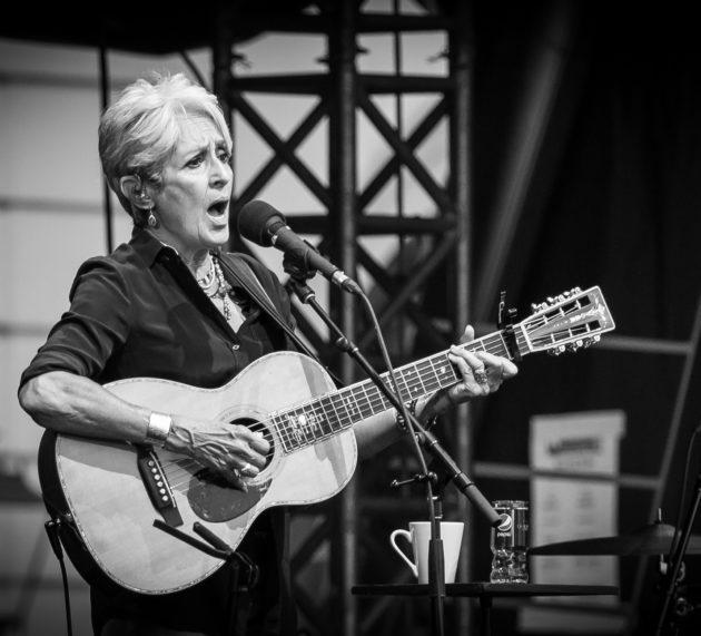 Denkwürdiger Abend bei den 8. KSK-Music Open. Joan Baez verzaubert den ausverkauften Innenhof des Ludwigsburger Schlosses